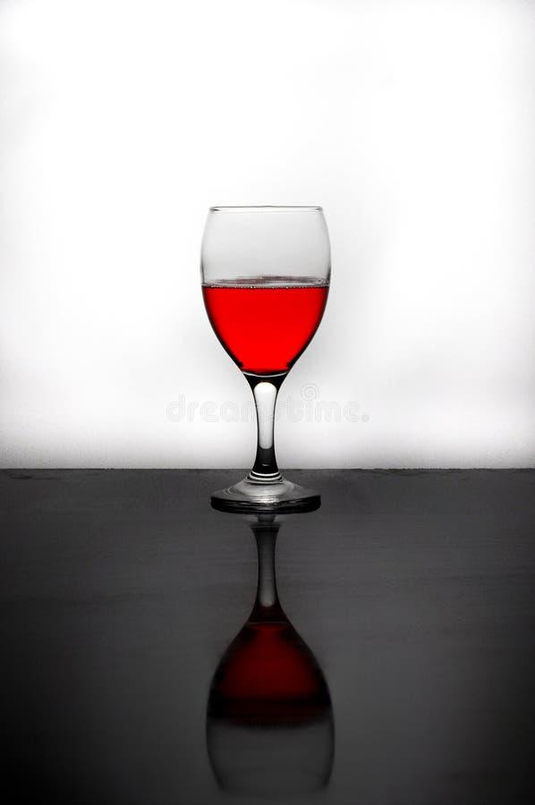 Ein Glas rotes Wasser lizenzfreies stockfoto