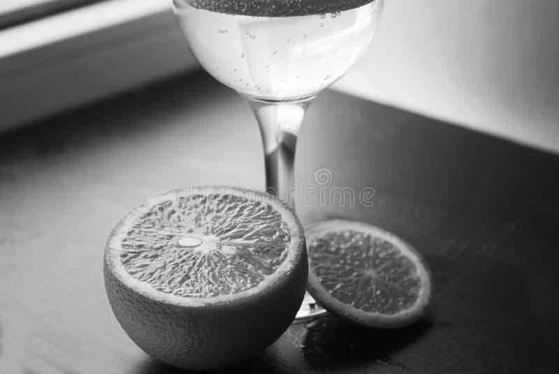 Ein Glas Soda auf einem schwarzen hölzernen Hintergrund, lizenzfreies stockfoto