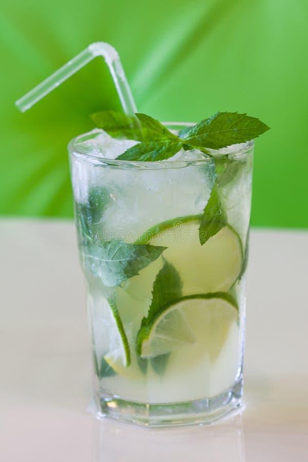 Ein Glas tadellose Limonade Kaltes neues Getränk auf grünem beige Hintergrund Flache Sch?rfentiefe stockfotos