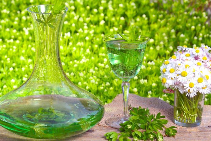 Ein Glas Waldmeisterdurchschlag stockbilder
