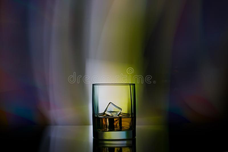 Ein Glas Whisky in einer Stange stockfotos