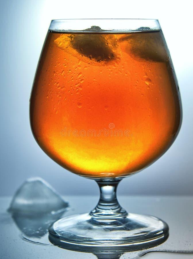 Ein Glas Whisky mit Eis lizenzfreie stockbilder