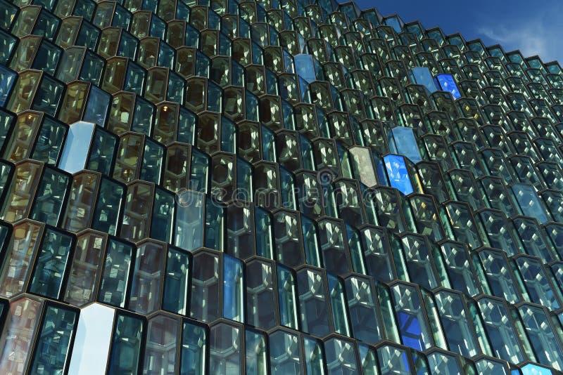 Ein Glasgebäude, Fragmente und Linien wiederholend, lizenzfreies stockbild