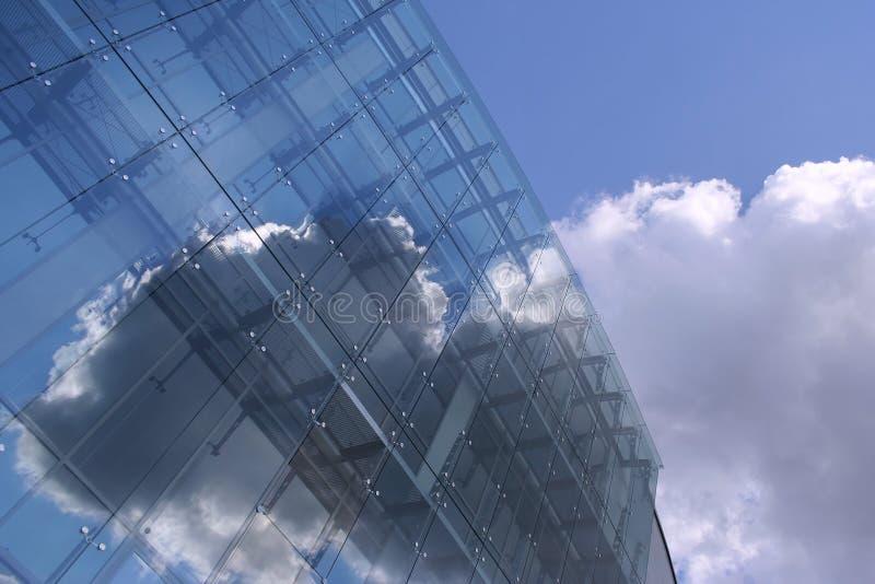Ein glasiges zukünftiges Gebäude auf dem blauen Himmel lizenzfreie stockfotografie