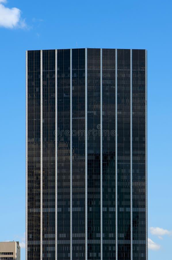 Ein glatter schwarzer Wolkenkratzer lizenzfreie stockfotos