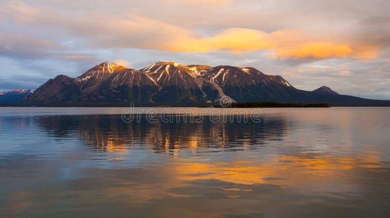 Ein Glazial- See, wie bei Sonnenuntergang in Nordbritisch-Kolumbien gesehen lizenzfreie stockfotografie