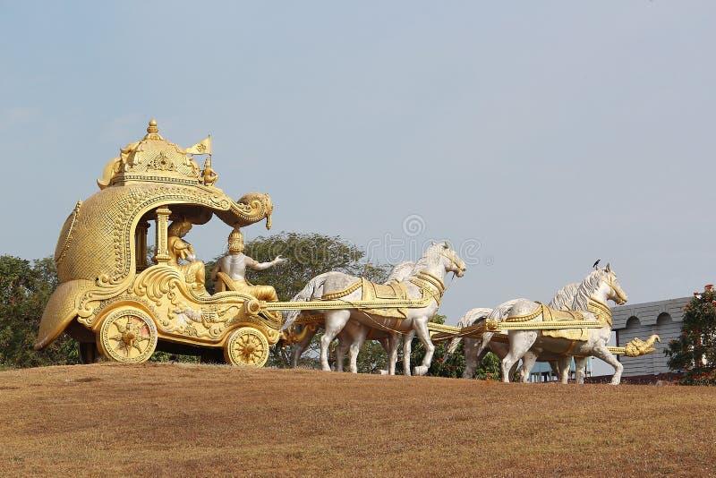 Ein goldener Kampfwagen mit dem Gott Krishna und den Pferden stockfotografie