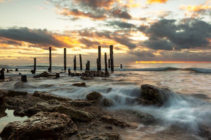 Ein goldener Sonnenuntergang an den ikonenhaften Port- Willunga-Anlegestellen-Ruinen auf der Fleurieu-Halbinsel Süd-Australien am lizenzfreie stockfotos