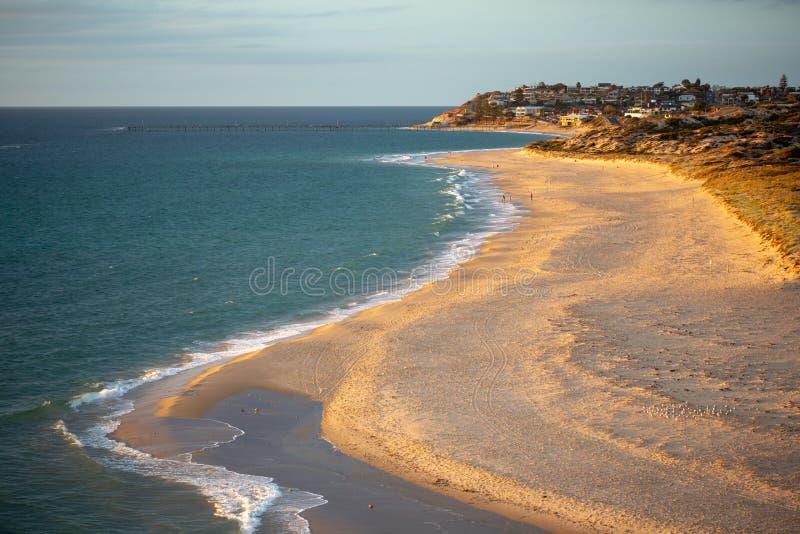 Ein goldenes Glühen des letzten Lichtes an Port- Noarlunga-Strand Süd-Australien am 10. März 2019 stockfoto