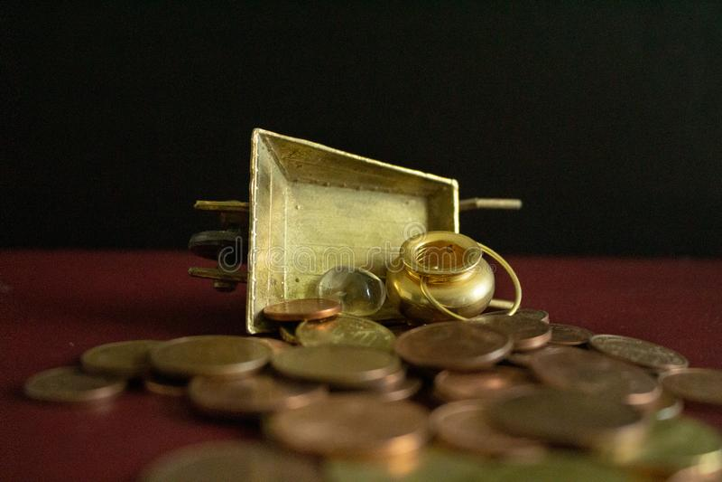 Ein Goldschatz und ein Kristalledelstein auf Los Geldmünzen stockfotografie