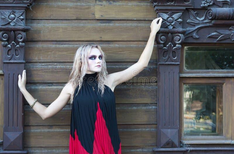 Ein gotisches Artporträt der Mode eines schönen blonden Mädchens lizenzfreies stockbild