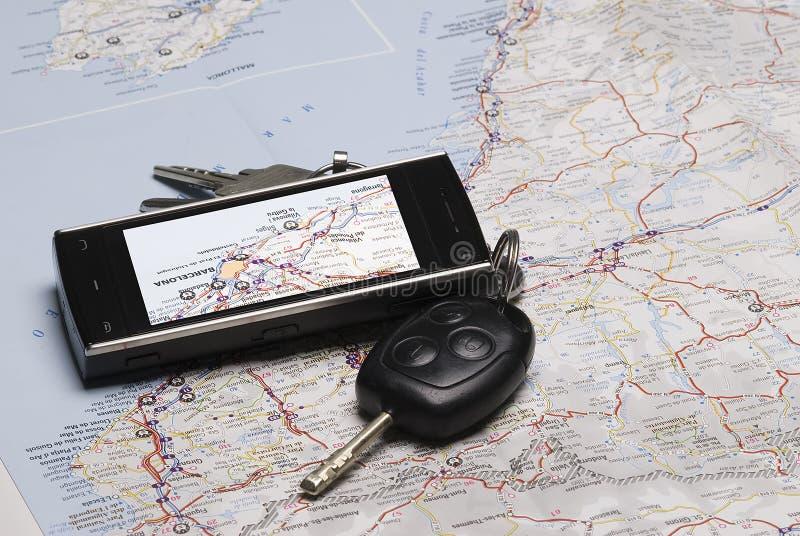 Ein GPS und die Autotasten auf einer Karte. stockbilder
