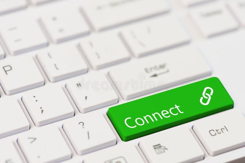 Ein grüner Schlüssel mit schließen Text auf weißer Laptoptastatur an lizenzfreies stockbild