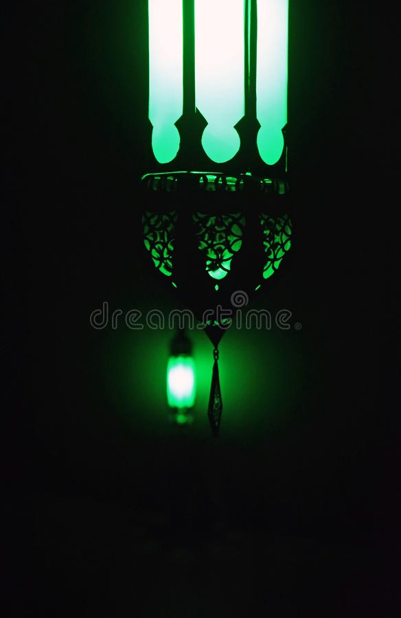 Ein grünes Licht in der Dunkelheit lizenzfreies stockbild