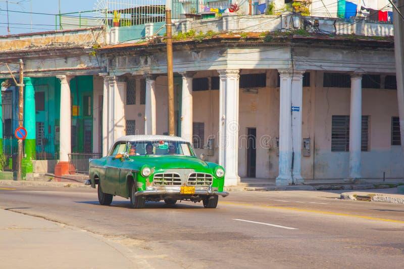 Ein grünes Retro- Autotaxi in der Stadt von Havana r lizenzfreies stockbild