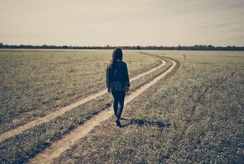 Ein gril Weg traurig auf Spurweite stockfotos