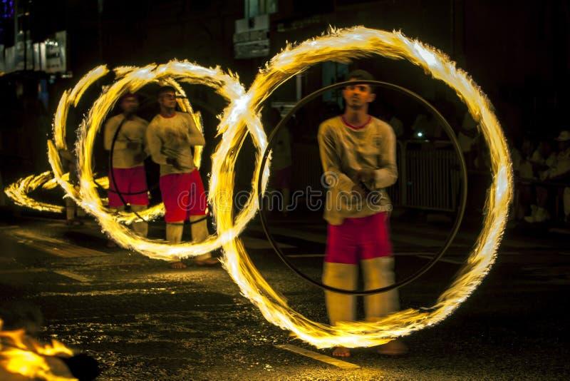 Ein großartiger Standort als Feuer-Ball-Tänzer führen entlang einer Straße in Kandy während des Esala Perahera in Sri Lanka durch stockfoto