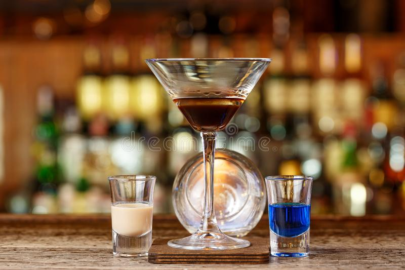 Ein großartiges Cocktail mit Feuer lizenzfreies stockbild