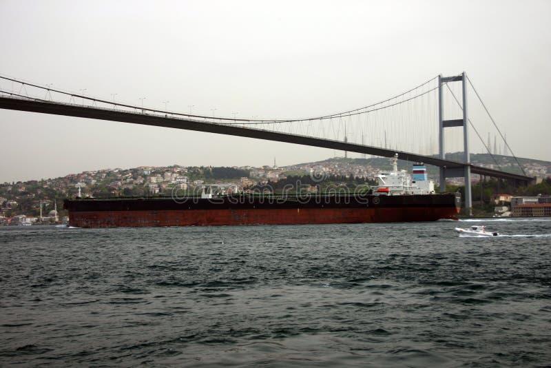 Ein großer Öltanker, der unter die Brücke im Bosphorus überschreitet lizenzfreies stockbild