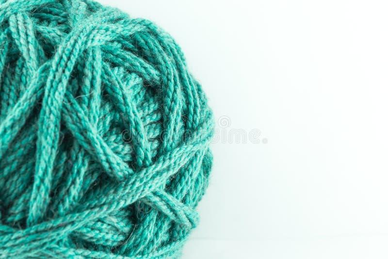 Ein großer Ball der grünen Wolle Gem?tliches Zubeh?r Materialien für das Stricken lizenzfreie stockfotografie