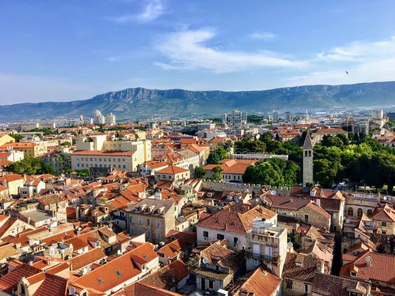 Ein großer Blick auf die schöne Stadt Split, Kroatien von hoch über dem Uhrturm in der Altstadt lizenzfreies stockbild