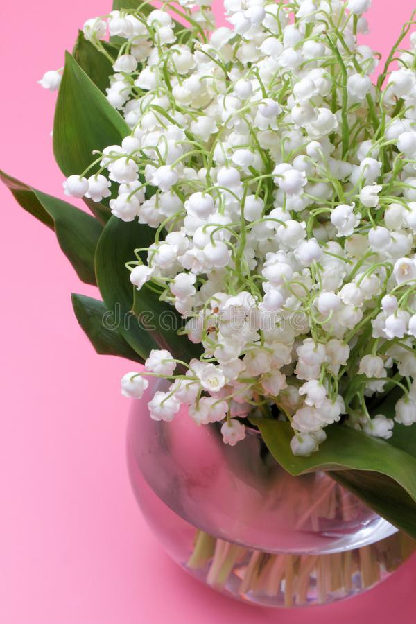 Ein großer Blumenstrauß von Waldlilien Convallaria lizenzfreie stockfotos