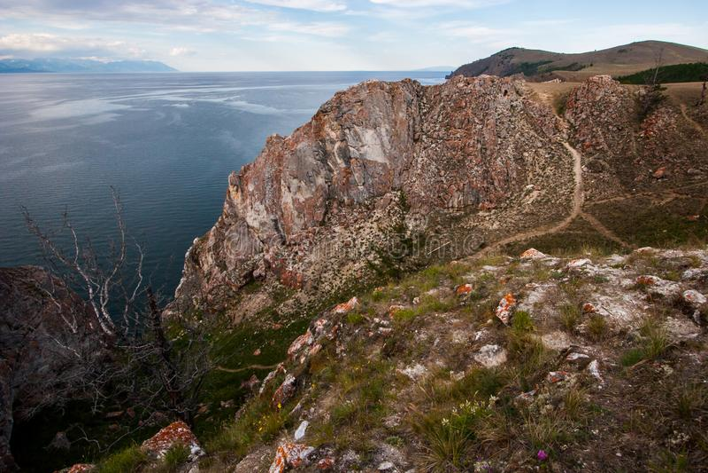 Ein großer Felsen auf dem Ufer vom Baikalsee lizenzfreie stockbilder
