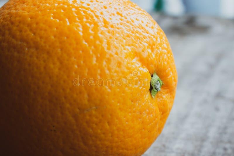 Ein großer orange Abschluss oben auf hölzernem Hintergrund lizenzfreies stockfoto