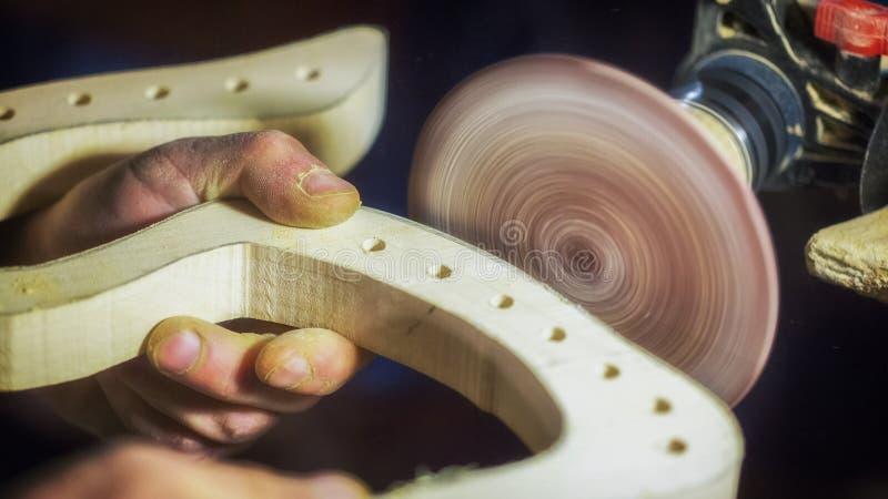 Ein großer Plan, Hände eines Handwerkers, der an einem hölzernen Teil arbeitet lizenzfreie stockfotos
