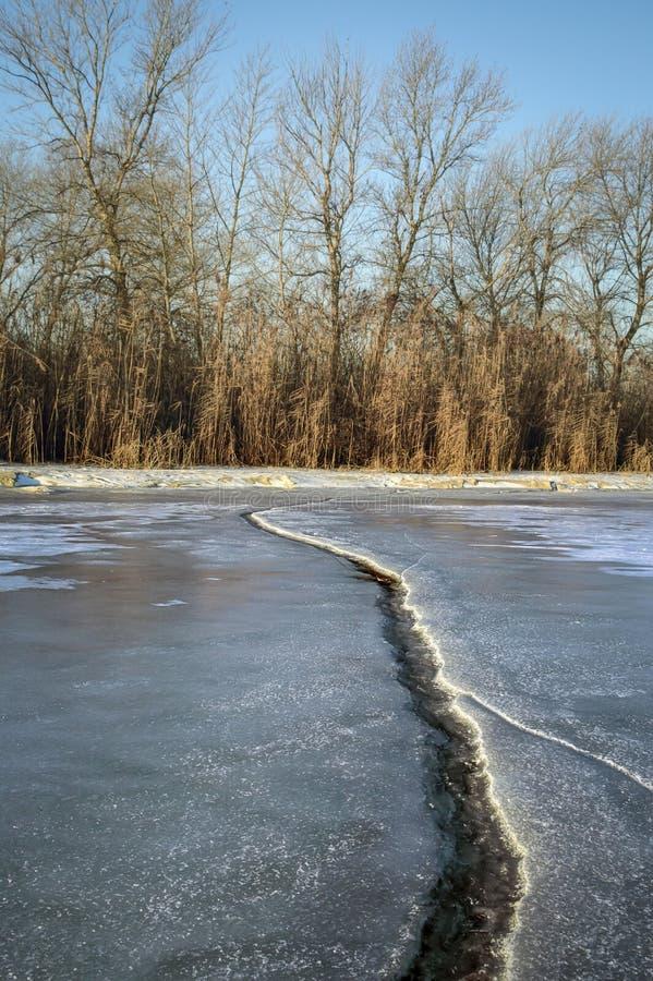 Ein großer Sprung im Eis stockbilder