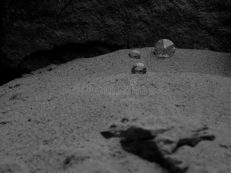 Ein großer und kleiner Diamant auf einer Sanddüne lizenzfreie stockfotografie