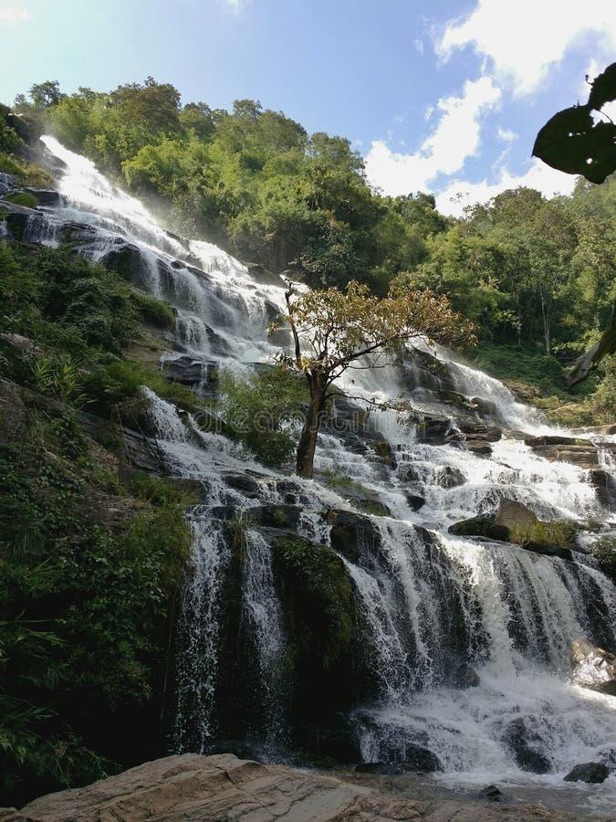 Ein großer Wasserfall in Thailand lizenzfreie stockfotografie