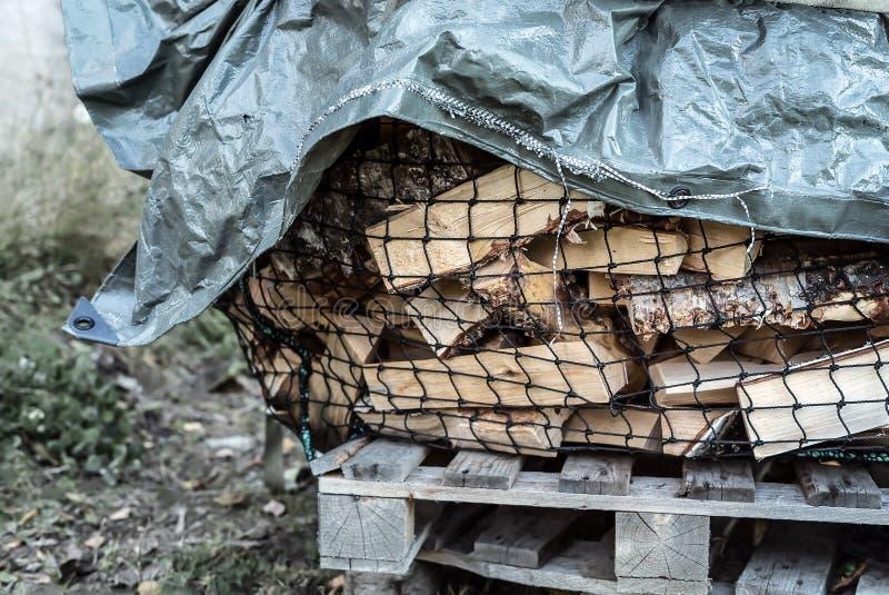 Ein großer Woodpile, der des cutted natürlichen Brennholzes des Suppengrüns trocknend draußen auf einer ländlichen Palette bedeck lizenzfreies stockbild