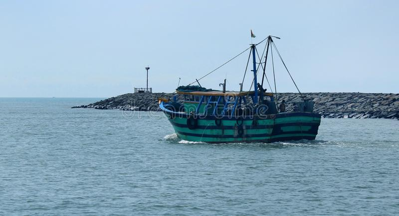 Ein großes Bootssegel zum Meer vom karaikal Strand lizenzfreie stockbilder