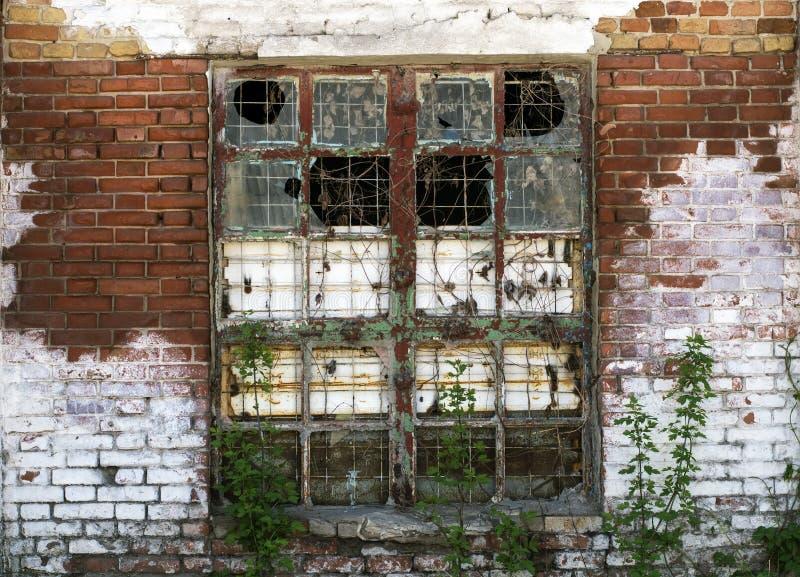 Ein großes Fenster im verlassenen Altbau stockfotografie