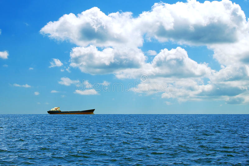 Ein großes Frachtschiff in Meer lizenzfreie stockfotos