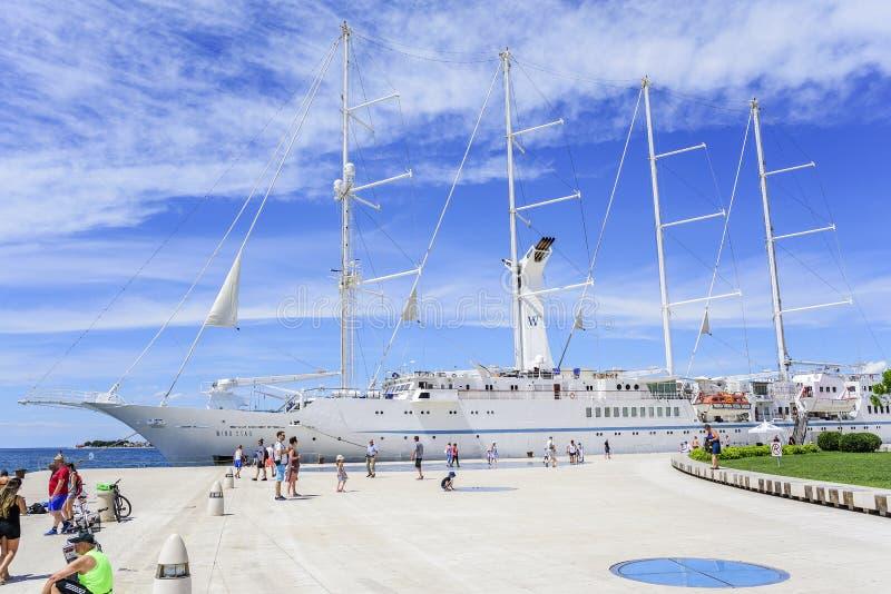 Ein großes Kreuzfahrtsegelschiff im Hafen auf dem Damm der Stadt von Zadar stockfotografie