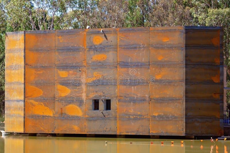 Ein großes Metallvogel-Fell im Bau lizenzfreie stockbilder