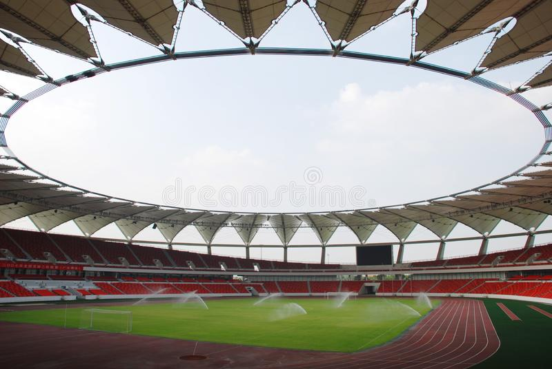 Ein großes modernes Stadion stockbild