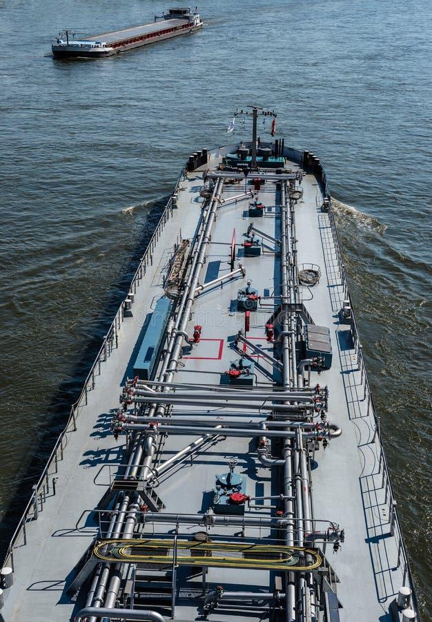 Ein großes Tankersegeln in Deutschland auf dem Rhein Transport des Öls, des Gases und des Benzins stockfotografie