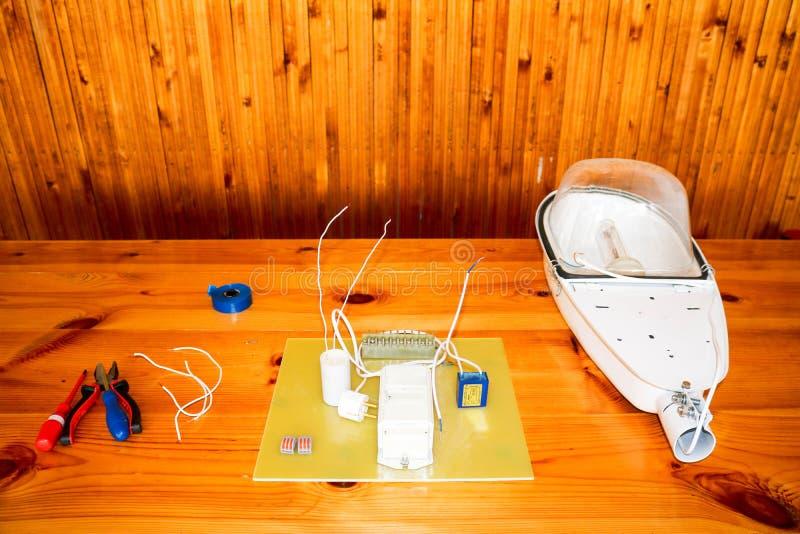 Ein großes Weiß baute Straßenlaterne mit einem elektrischen Stromkreis mit Drähten und Ersatzteilen, Installationsausrüstung, Zan lizenzfreies stockbild