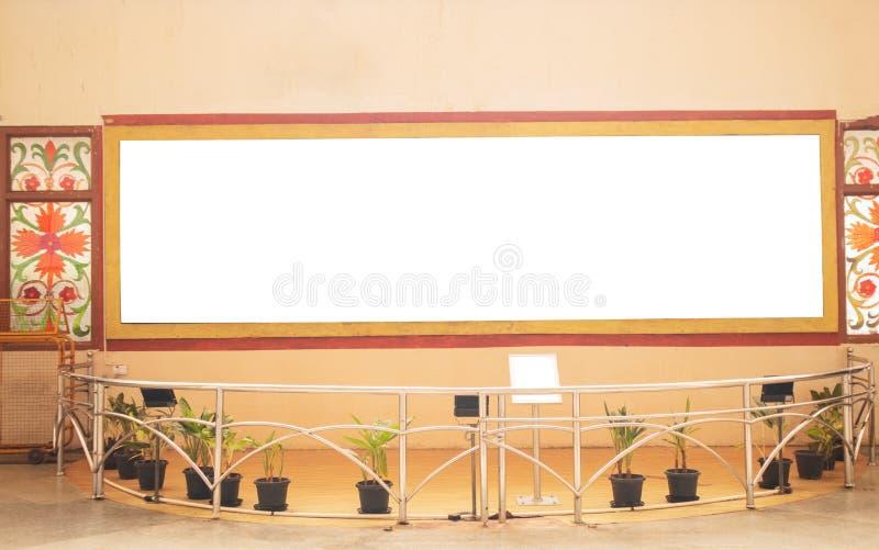 Ein großes weißes Anschlagbrett auf Wand bei Museam stockfotografie