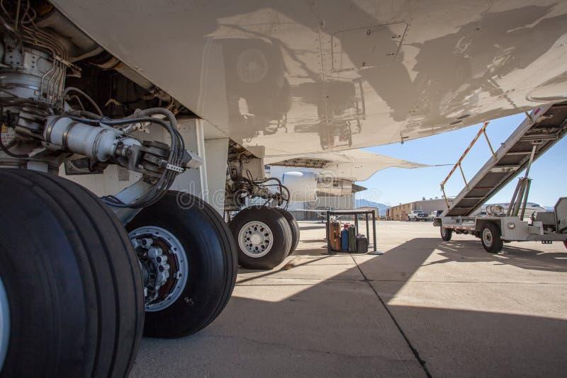 Ein großes Zivilflugzeug, das auf einem Asphalt am Flughafen steht stockfotografie