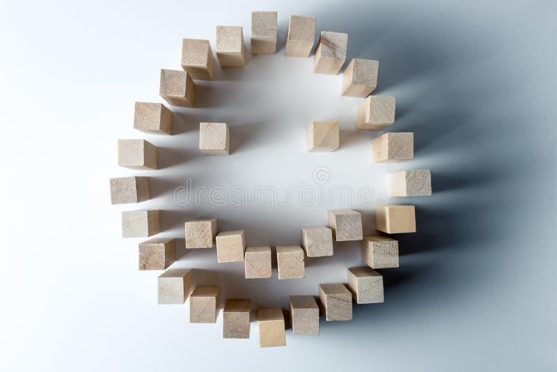 Ein gro?er smiley gemacht von den h?lzernen W?rfeln, als Symbol des Gl?ckes, des Erfolgs und der erreichten Aufgabe, auf einem un lizenzfreie stockfotografie