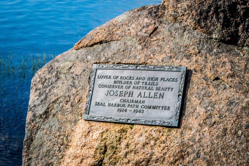 Ein Grundstein in der Erinnerung für den Vorsitzenden des Acadia-Nationalparks, Maine lizenzfreie stockfotos