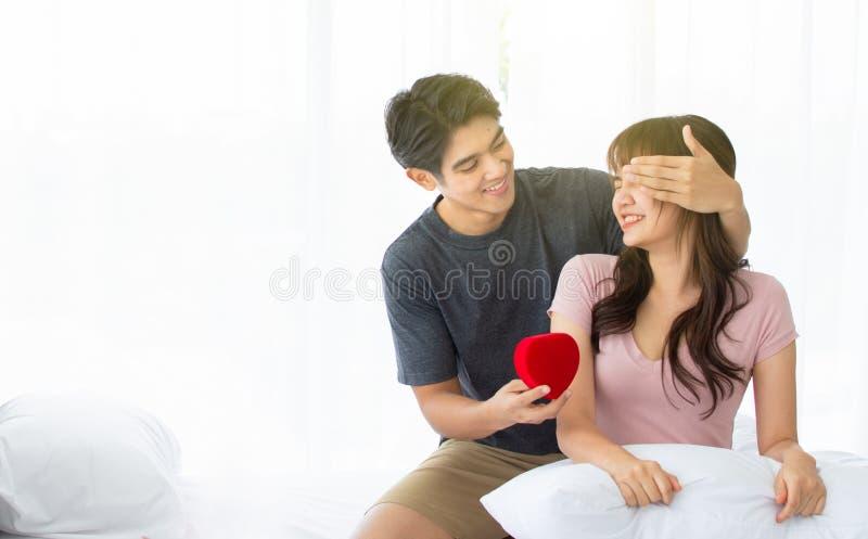 Ein gut aussehender Mann gibt seiner Freundin große Überraschung lizenzfreies stockbild