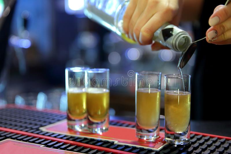 Ein gutes Getränk mit Alkohol zu machen ist eine große Kunst stockfotos