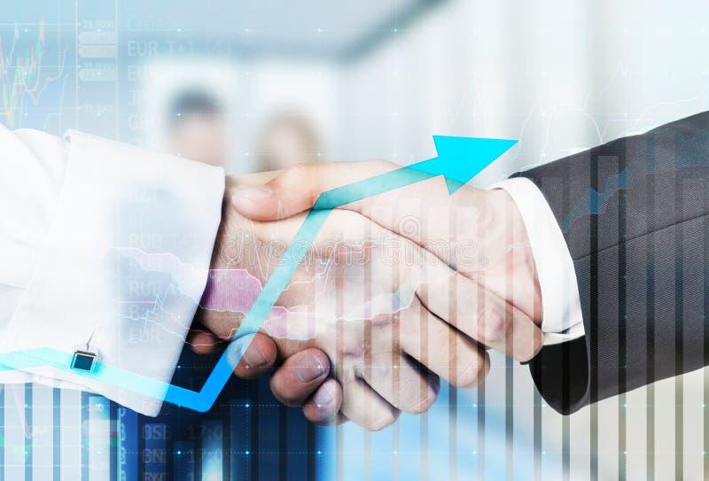 Ein Händedruck über wachsenden Pfeil- und Geschäftspaaren lizenzfreies stockbild