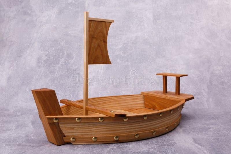 Ein hölzerner Behälter in Form eines Schiffs lizenzfreie stockbilder