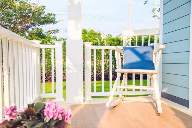 Ein hölzerner weißer Schaukelstuhl im Balkon mit Naturhintergrund lizenzfreie stockfotografie